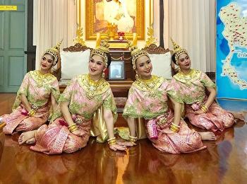 แสดงชุด รำอวยพร เพื่อต้อนรับคณะคู่สมรสคณะทูตต่างประเทศประจำประเทศไทย